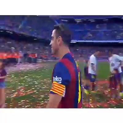 Xavi qui embrasse plus de 15 meufs après son match